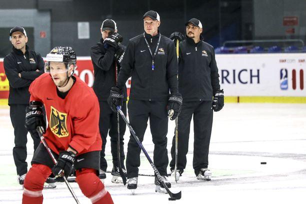 Harjoituksissa Toni Söderholm seuraa tarkkaan pelaajien tekemisiä.