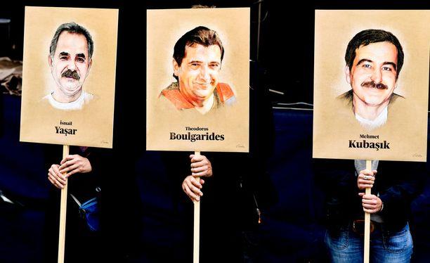 Ihmiset olivat kerääntyneet tänään oikeustalon edustalle pitelemään kylttejä, joissa oli uusnatsisolun murhaamien ihmisten kuvia.