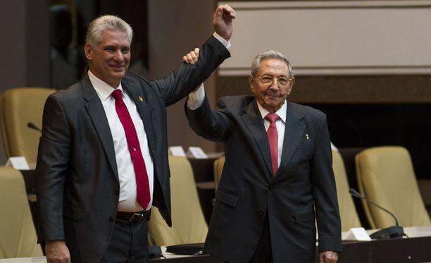 Raul Castro nostaa seuraajansa käden ilmaan vallan vaihtumisen symbolina.