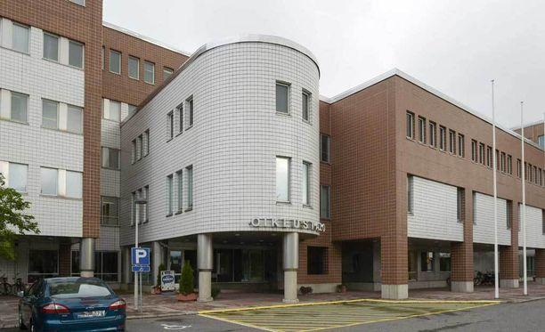 Tyttärensä hyväksikäytöstä epäilty mies vangittiin keskiviikkona Oulun käräjäoikeudessa.