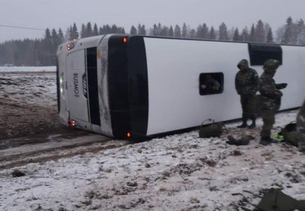 Varusmiehiä kuljettanut bussi suistui ojaan ja kaatui kyljelleen Iisalmessa pääsiäissunnuntaina. Olosuhteet onnettomuushetkellä olivat hyvin haastavat.