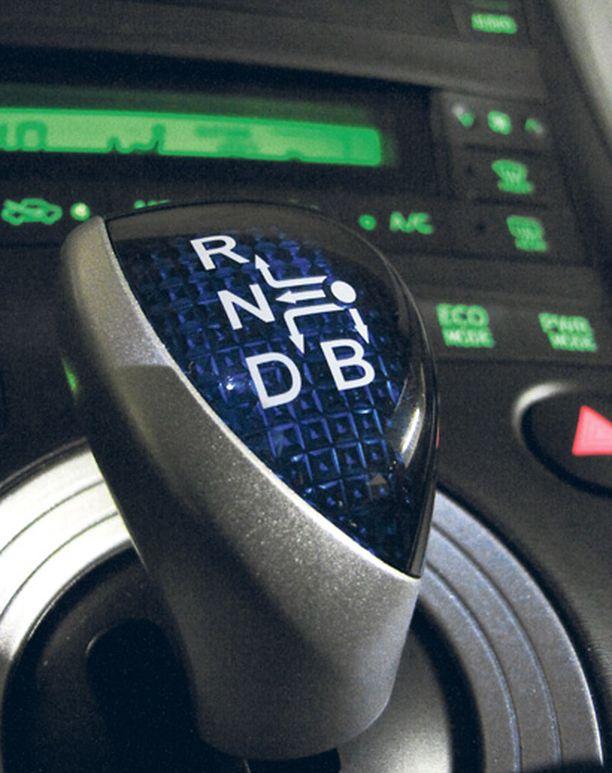 AUTOMAATTI Portattoman automaatin D-asennossa auto rullaa vapaammin ja B:ssä moottori jarruttaa tehokkaasti.