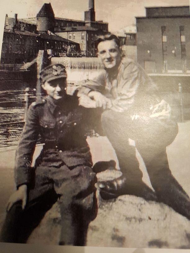 Sotapojat Veikko (vasemmalla) ja Hessu lomalla armeijasta Tampereen koskimaisemissa 1943.