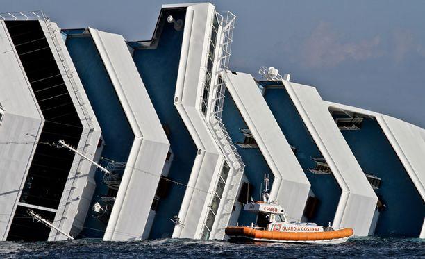 Merivartiosto etsi eloonjääneitä turmalaivan hylystä.