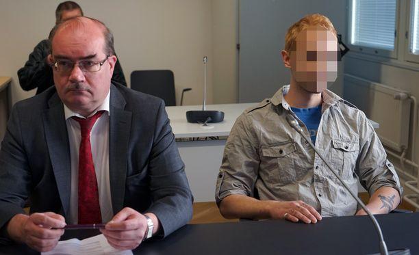 Epäilty istui oikeussalissa rauhallisesti eikä peitellyt itseään kameroilta. Vieressä puolustusasianajaja Kari Hämeen-Anttila.