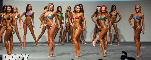 Tiina Hervanto (keskellä) nousi viime viikonloppuna ensimmäistä kertaa lavalle Bikini fitness -kilpailussa.