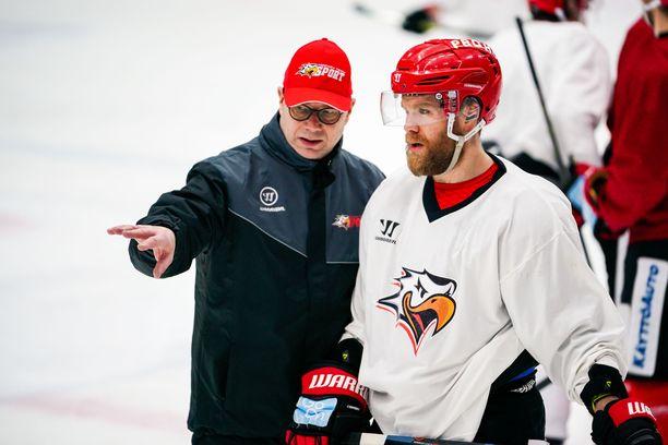 Risto Dufva opasti Roope Talajaa Sportin harjoituksissa sunnuntaina.