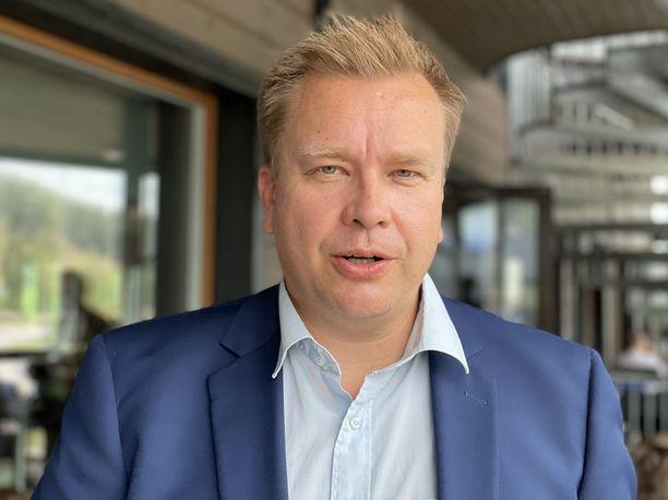 Puolustusministeri Antti Kaikkonen (kesk) arvioi, että asevoimista on hyötyä myös viranomaisyhteistyössä.