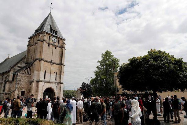 Saint-Etienne-du-Rouvrayn muslimiyhteisö kävi kunnioittamassa surmattua katolista pappia kirkon edustalla perjantaina.