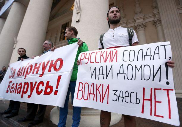 """""""Rauhanomaisen Valko-Venäjän puolesta"""" ja """"Venäläinen sotilas, mene kotiisi, täällä ei ole vodkaa"""". Näin luki valkovenäläisten kylteissä Minskissä järjestetyssä mielenosoituksessa."""