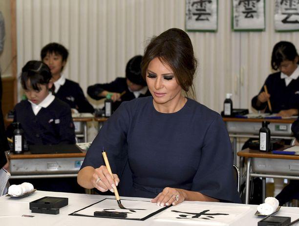 Tokiolaisessa koulussa Melania Trump osallistui kalligrafian kurssille.
