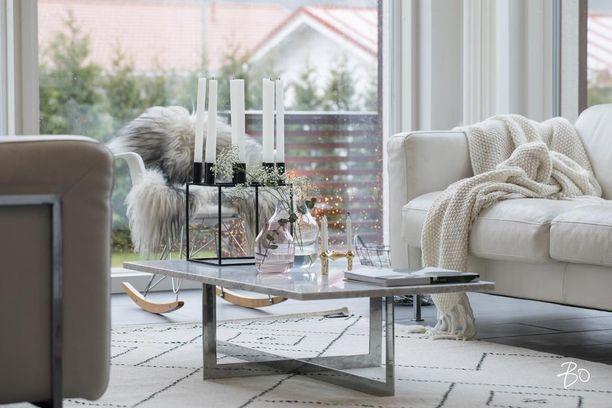 Harsokukat ja yksinkertainen kynttelikkö tuovat talvikotiin tunnelmaa. Kynttelikkö on todennäköisesti tanskalaisyritys By Lassenin Kubus. Musta on muutenkin trendikäs väri tänä jouluna.