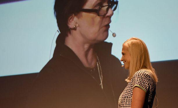 Elina Lepomäkeä hymyilytti hänen kannattajansa, lapualaisen Johanna Ikolan puhe.
