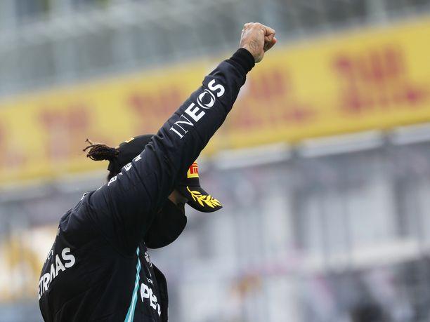 Mercedeksen Lewis Hamilton on ottanut vahvasti ja näkyvästi kantaa rasismia vastaan. Hän on kertonut toivovansa, että kaikki kuljettajat polvistuisivat jatkossa ennen F1-kisaa.