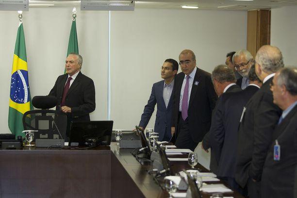 Brasilian presidentti Michel Temer tapasi ministereitä ja ruokateollisuuden edustajia sunnuntaina lihaskandaalin takia.