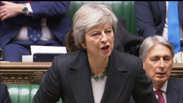 Pääministeri Theresa May puolusti parlamentissa kiivaasti sopimusta Britannian EU-erosta. Samaan aikaan huhut Mayn syrjäyttämisestä kasvoivat.