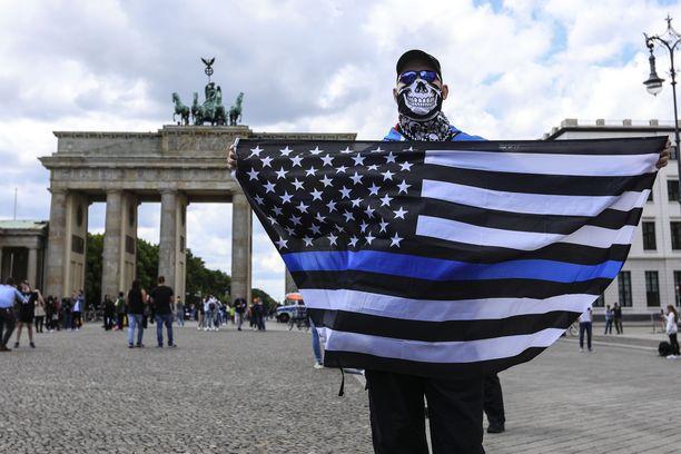 Kiistanalainen lippu päätyi äärioikeistolaisen mielenosoittajan käsiin Berliinissä. Kuva otettu 6. kesäkuuta 2020.