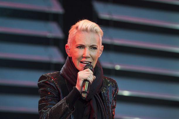"""Roxette-laulaja Marie Fredriksson menehtyi maanantaiaamuna. Kuten yhtyeen kitaristi Per Gessle sanoi, Fredriksson maalasi """"minun mustavalkoiset tekstini maailman kauneimmilla väreillä""""."""