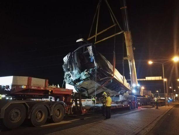 Linja-auto saatiin pitkällisen operaation päätteeksi nostettua lavetille. Perjantain ja lauantain välisenä yönä bussi siirrettiin varikolle odottamaan teknistä tutkintaa.