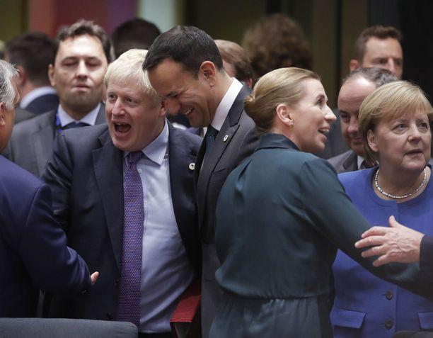 EU-johtajat iloitsivat brexit-sopimuksesta, vaikka moni päämies ilmoittikin olevansa surullinen brittien lähdöstä.