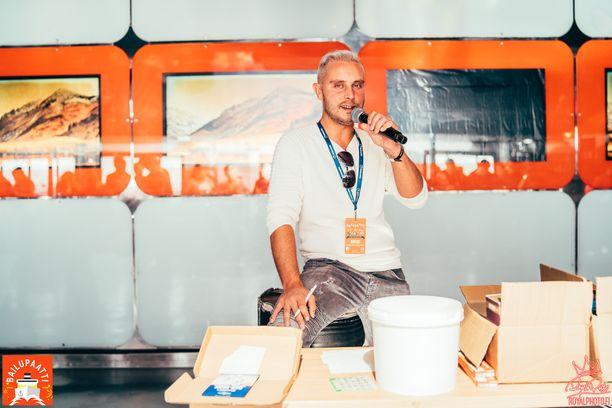 Viihdetaiteilija Jonne Sahanen tekee ja esittää musiikkia sekä isännöi erilaisia tapahtumia.