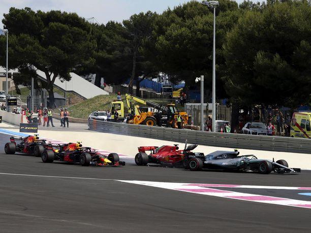 Sebastian Vettel hyökkäsi vuosi sitten Ranskan GP:n startissa liian ahnaasti Valtteri Bottaksen sisäpuolelle ja pilasi molempien kilpailun.