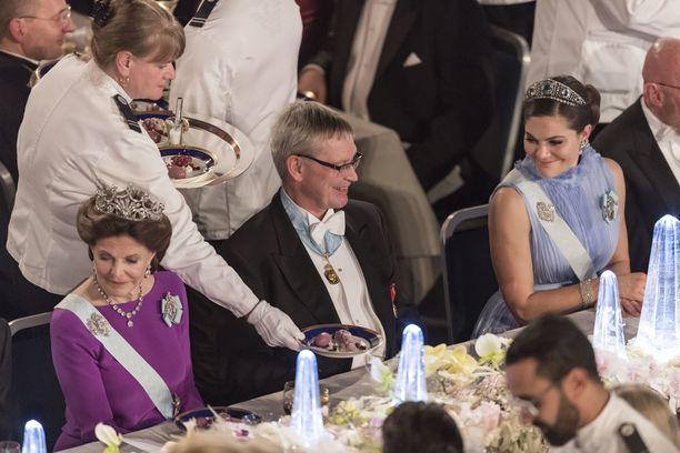 Kuningatar Silvia ja kruununprinsessa Victoria oli plaaserattu lähekkäin.