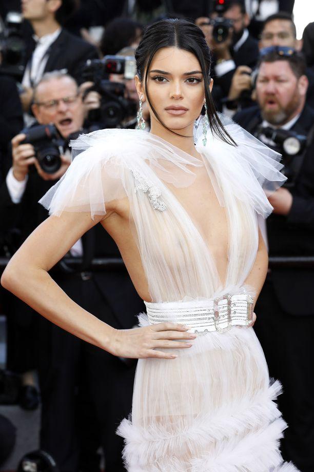 Ysärivivahteinen kampaus viimeistelee Kendall Jennerin juhlalookin.