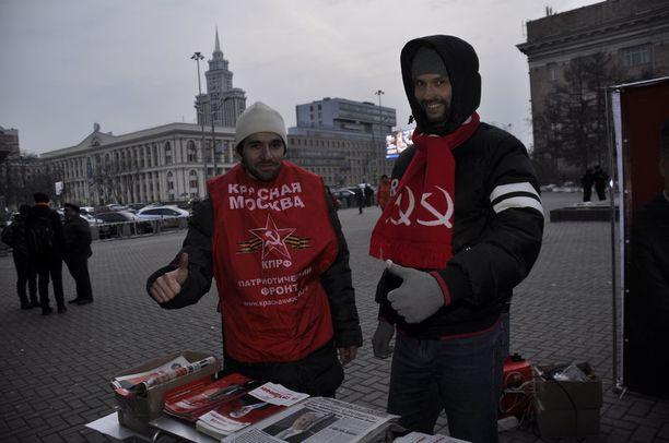 Anton Tarasov ja Iman Ibragimov jakavat Pravdoja ja puhuvat Neuvostoliitosta ohikulkijoiden kanssa.