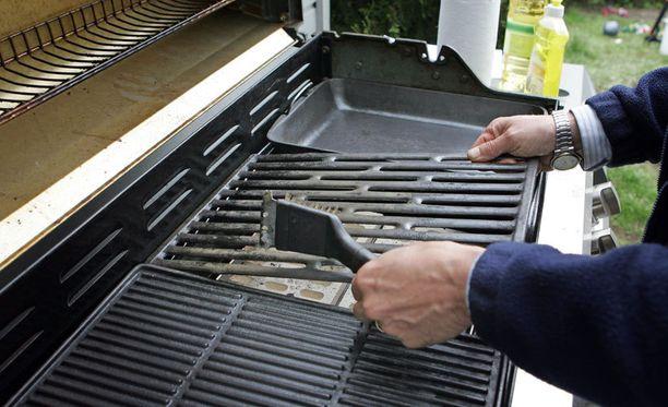 Grillin puhdistus onnistuu grilliharjalla.