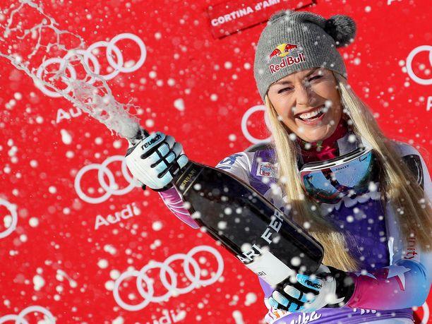 Lindsey Vonnilla on hyviä muistoja Cortinasta, kuvassa hän suihkuttaa voitonjuomaa tammikuussa 2018.