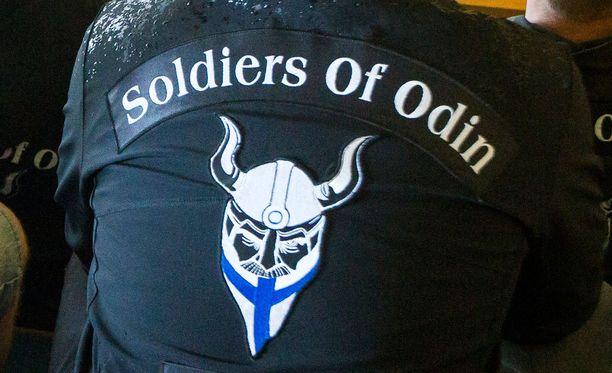 Soldiers Of Odinin jäsenet kokoontuivat vastaanottokeskuksen edessä Päijät-Hämeessä.