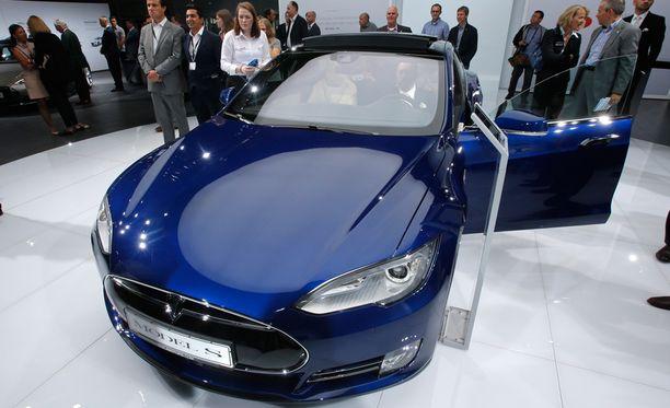 Tesla Model S -auto esittelyssä Saksassa. Teslan autot on varustettu autopilottitoiminnolla, joka tekee niistä osittain itseohjautuvia valtatieliikenteessä.