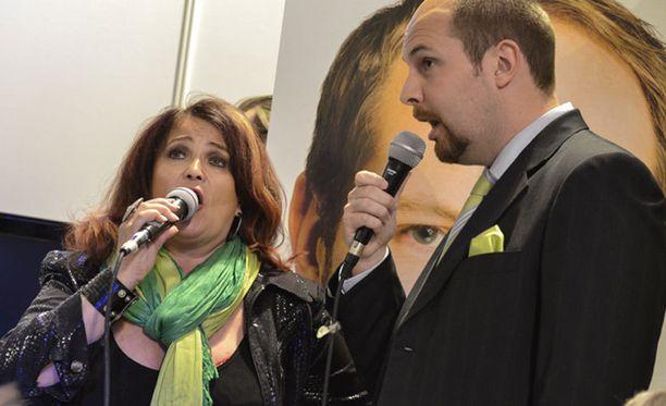 Meiju Suvas ja Tuomo Puumala käynnistivät keskustan puoluekokouksen esittämällä kappaleen Pure mua.