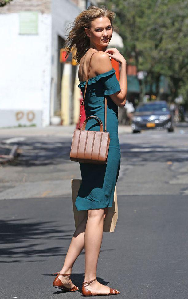 Malli Karlie Kloss on nähty monessa merkin mekossa.