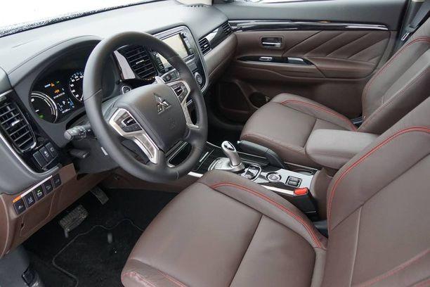 Outlanderin Instyle Navi -varustetasoon kuuluu nahkasisustus, kuljettajan sähkösäätöinen istuin sekä tukku ajoavustimia.