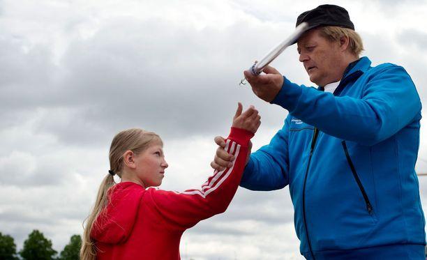 Seppo Räty vetää keihäskouluja lapsille ja nuorille.