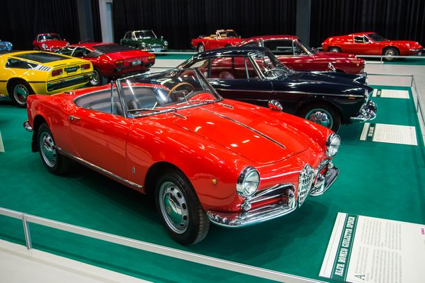 Alfa Romeo Giulietta Spider ´61 oli näyttelyn italiattarista muodokkain
