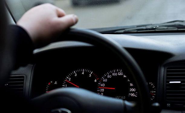Mieskuskia epäillään syyllistyneen huumausainerikokseen, rattijuopumukseen, törkeään liikenneturvallisuuden vaarantamiseen, huumausaineen käyttörikokseen sekä kulkuneuvon kuljettamiseen oikeudetta.