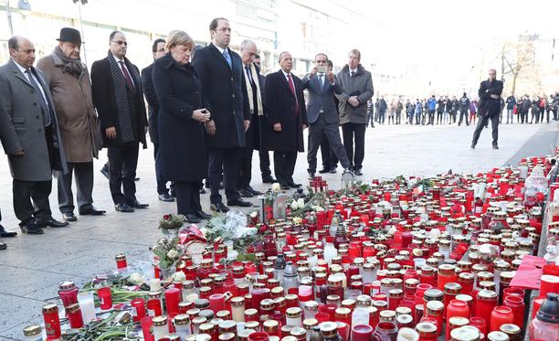 Angela Merkel ja Youssef Chahed vierailivat tiistaina rekka-iskun tekopaikalla Berliinissä.