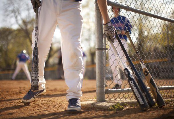 Brandon Martin surmasi kolme miestä baseball-mailalla Kaliforniassa. Kuvituskuva.