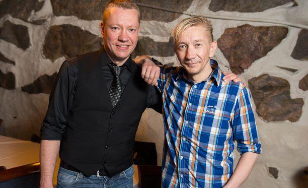 Matti Silmu (vas.) jättää Yölinnun. Vierellä laulaja Simo Silmu.
