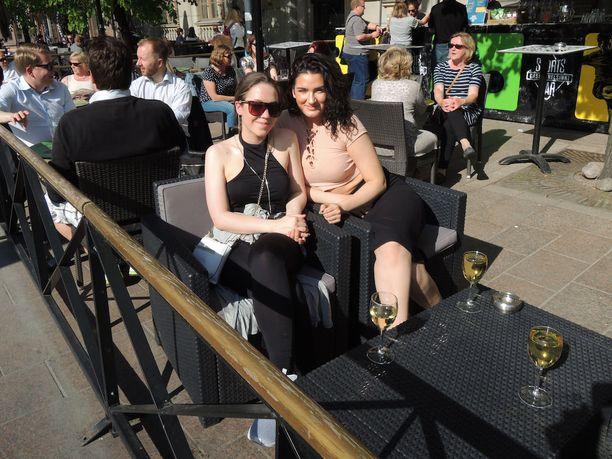 Jemina (vas.) ja Teresa eivät usko tutkimustulosten vaikuttavan heidän juomatapoihinsa, sillä he käyttävät alkoholia muutenkin harvoin.