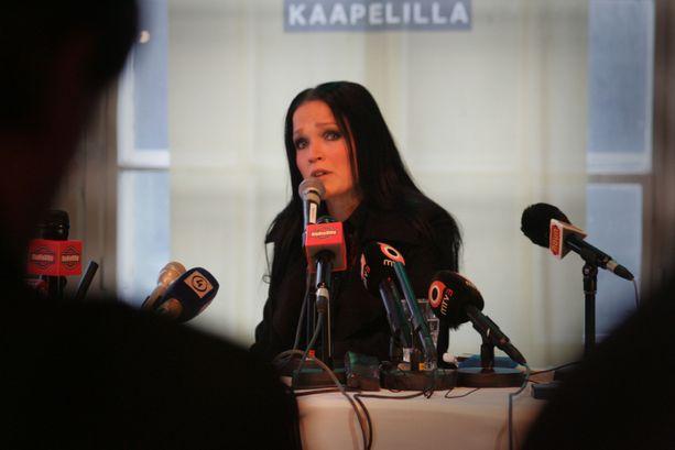 Tarja Turunen kyynelehti tiedotustilaisuudessa vuonna 2005, missä hän kertoi saamistaan potkuista.