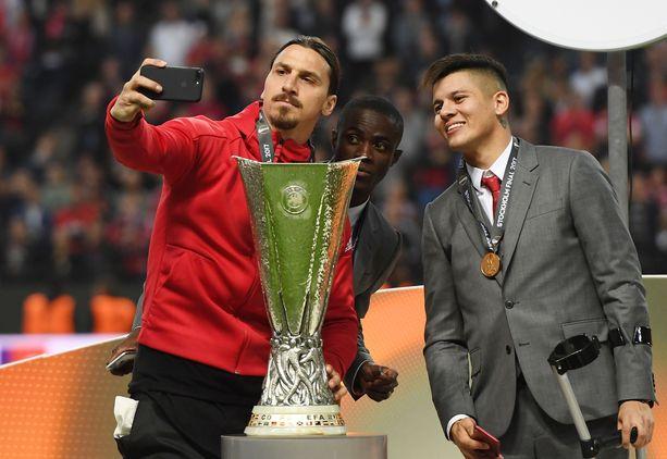 Loukkaantumisista kärsineet Zlatan Ibrahimovic (vas.), Eric Bailly ja Marcos Rojo juhlivat Eurooppa-liigan voittoa Manchester United -pelaajina toukokuussa 2017.