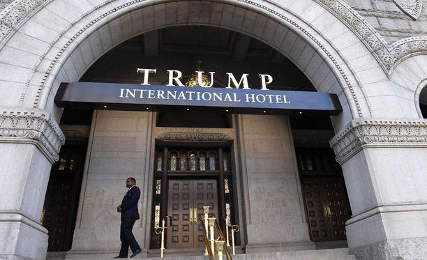 Kanadassa Torontossa Trump-rakennusten uusi omistaja poistaa Trumpin nimen sekä Trump-hotellista että Trump-tornista. Kuvassa Trumpin hotelli Washingtonissa.