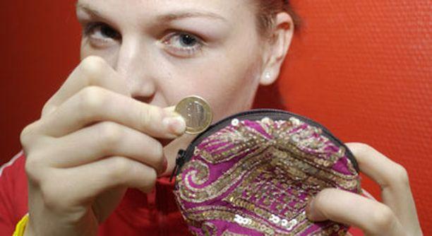 Tutkimuksen mukaan naiset sortuvat tuhlailuun, mutta ovat silti miehiä vastuuntuntoisempia raha-asioissa.