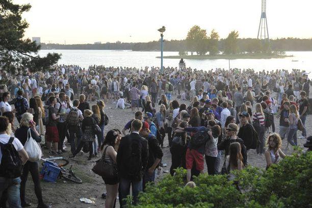Helsingin Hietaniemen uimarannalla oli tapahtumailtana tuhansia nuoria. Raiskaus sattui hieman sivummalla hautausmaan muurin juurella. Kuvassa olevat ihmiset eivät liity tapaukseen.