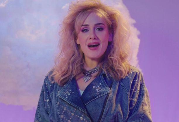 Adele nähtii useissa eri tyyleissä ohjelmassa. Tämä vie 80-luvulle.