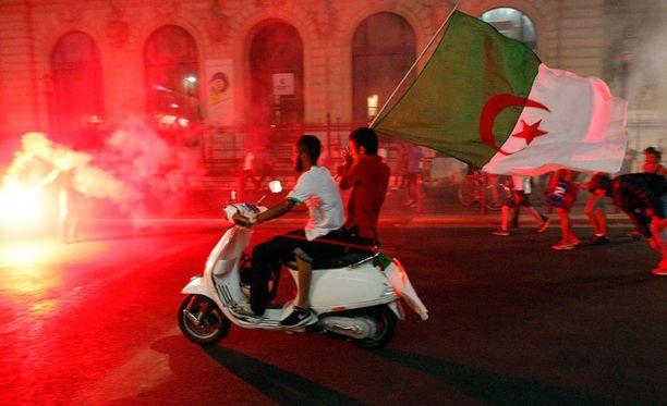 Algerian fanit juhlivat rankasti Marseillen kaduilla.
